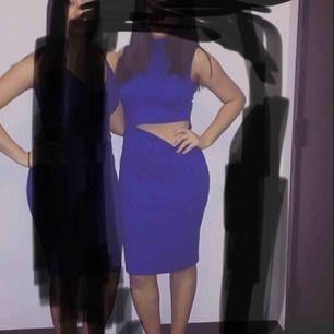 Blå klänning, använd en gång för längesedan men har bara legat i garderoben sedan dess. Den är i väldigt fint skick:)