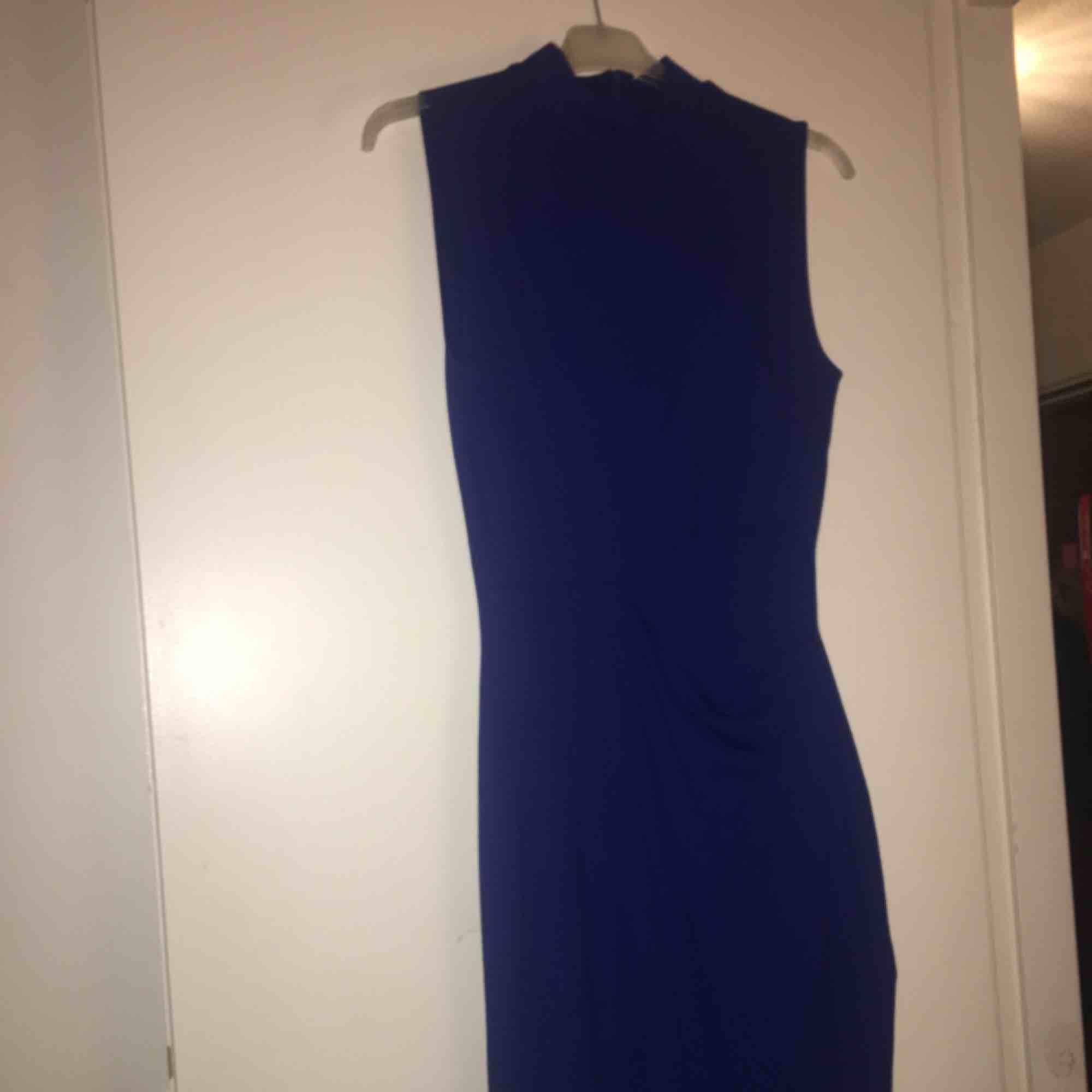 Blå klänning, använd en gång för längesedan men har bara legat i garderoben sedan dess. Den är i väldigt fint skick:). Klänningar.
