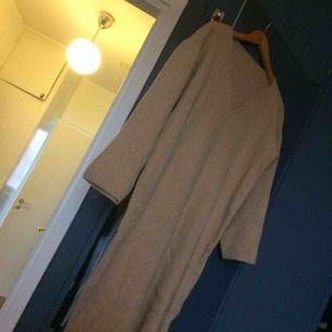 Superskön mysig tröja funkar med både jeans eller strumpbyxor under. Värmer väldigt bra! Ingen storlek men uppfattar den som en medium ungefär. Den är lagad på vissa ställen men det syns ytterst lite.