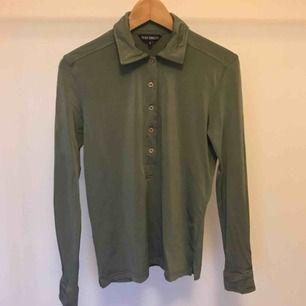 Snygg retro tröja från French Connection (90-tal). Material: 90% viscose, 10% elastane. Storlek S (ca 60 cm lång). frakt 36:-