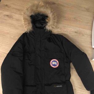 Hej!  Säljer en svart Canada Goose Expedition herrjacka som är i bra skick.  Jackan är kemtvättad, storlek L.  Pris 4000kr