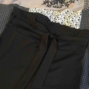 Fina byxor fast i lite skumt material (dock ser ens röv fantastisk ut ;)). Köpt på shein för ca 225kr och säljs nu för 50kr eller 90kr ikl frakt. Kan mötas i Värnamo🌹