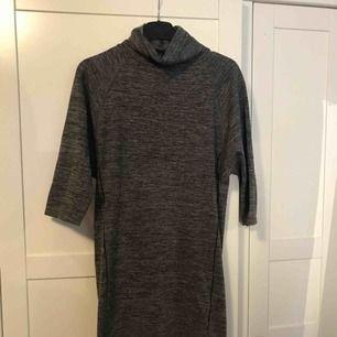 En slags träningsklänning eller tunika som är väldigt bekvämt och stretchig. Säljer jag för 70 kr eller 99kr ikl frakt. Kan mötas upp i värnamo