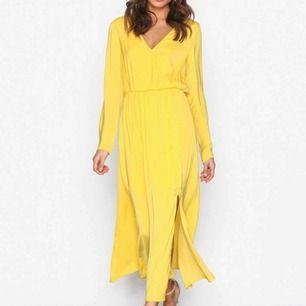 Dream dress från Nelly. Vacker skön klänning som tyvärr satt fel på mig. Endast prövad.