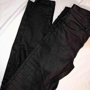 Svarta byxor i skinnimitation, använda ett fåtal gånger (dom är helt svarta, vet inte varför det ser rött ut på bilden)
