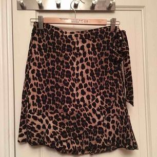 Skitsnygg leopardkjol med resår i midjan, helt oanvänd! Säljer pga den inte var min stil