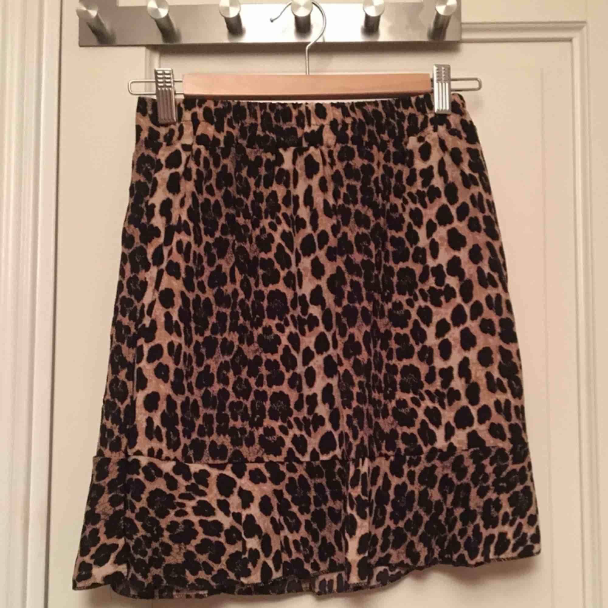 Skitsnygg leopardkjol med resår i midjan, helt oanvänd! Säljer pga den inte var min stil . Kjolar.