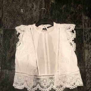 Super fint linne-liknande plagg med många fina detaljer! Använd en gång på skolavslutning, annars så gott som ny! Nypris: 300 kr.