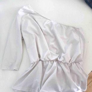 Fin vit one-sleeve topp från Bikbok💕
