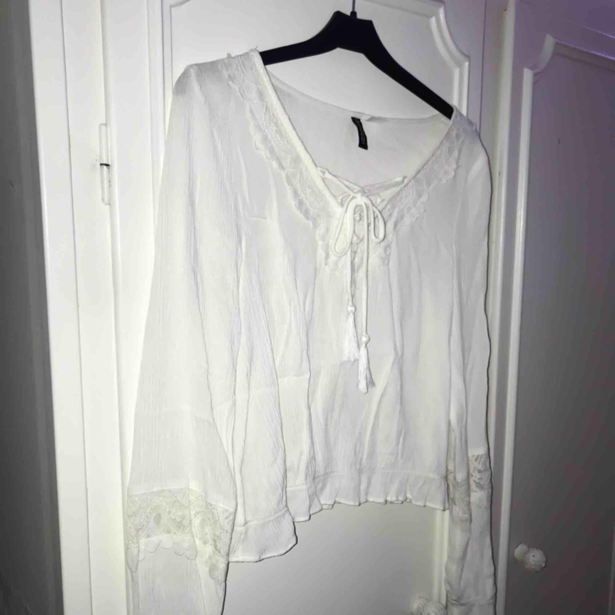 Fin vit blus med fina detaljer, lite kortare modell. Normal i storlek💕. Blusar.