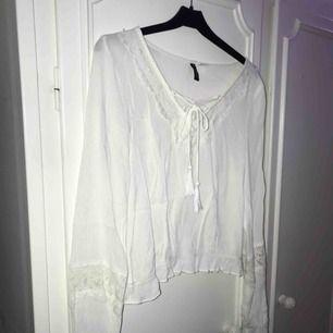Fin vit blus med fina detaljer, lite kortare modell. Normal i storlek💕