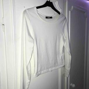 Fin vit basic-tröja från Bikbok, något kortare i modellen, väldigt fin!