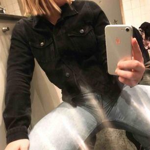 Enkel svart jeansjacka med detaljer på ryggen. Använd fåtal gånger, som ny. Nypris: 300 kr