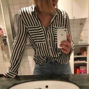 Randig skjorta med fin passform. Nypris: 250 kr.