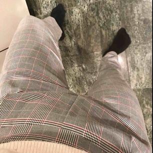 Snygga gråa kostymbyxor med röda detaljer! Använda två gånger. Nypris: 300 kr.