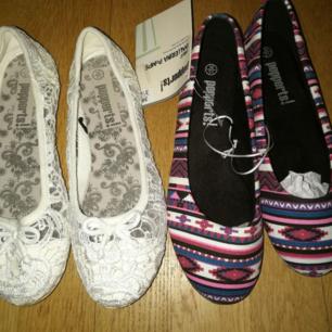 Säljer två par ballerinaskor. Dem vita är använda 1 gång medans dem andra skorna är splitternya. Dem blåa/lila skorna har fortfarande etiketten kvar. Vita skor=Strl 36 1/2 Blåa/lila skor= 36 1/2 50 kr styck
