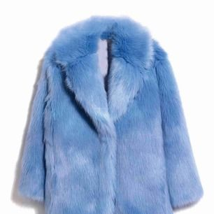 I perfekt skick! Endast använd några få gånger. H&M utsåld babyblå/isblå faux fur. 900 kr plus frakt eller hämtas i Uppsala.