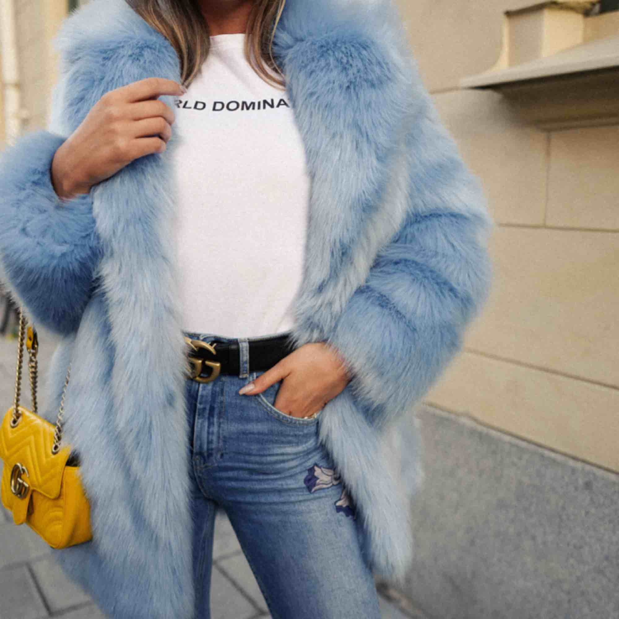I perfekt skick! Endast använd några få gånger. H&M utsåld babyblå/isblå faux fur. 900 kr plus frakt eller hämtas i Uppsala.. Jackor.