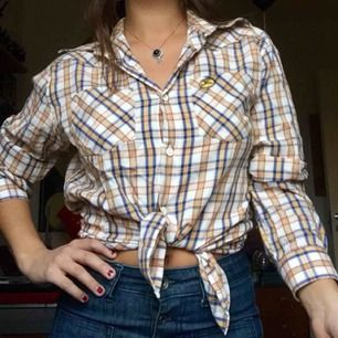 Western-skjorta passar både dam o herr. För dam strlk 40 bäst om en inte vill ha den over size. För herr-s/m.