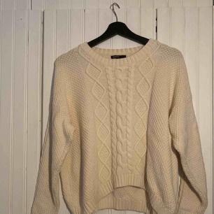 Jättefin naturvit stickad tröja från Mango! Tröjan är i storlek L men sitter mer som en S.