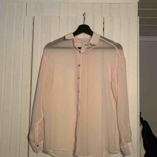 Transparent ljusrosa skjorta i storlek S. Sparsamt använd! :-)