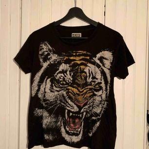 T-shirt med tigertryck från Weekday i storlek XS. Jättefint skick trots att den varit megaälskad!🐯💘 Frakt tillkommer:-)