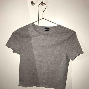 Fin grå croppad t-shirt från Gina Tricot ✨ S men ganska liten i storlek. Köparen står för frakt!