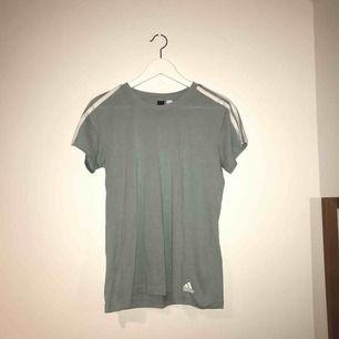 Mintgrön adidas t-shirt, knappt använd Priset är inklusive frakt