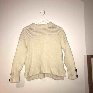 Superfin stickad tröja från Massimo Dutti. Använd men i gott skick! Pris är i klunsige frakt