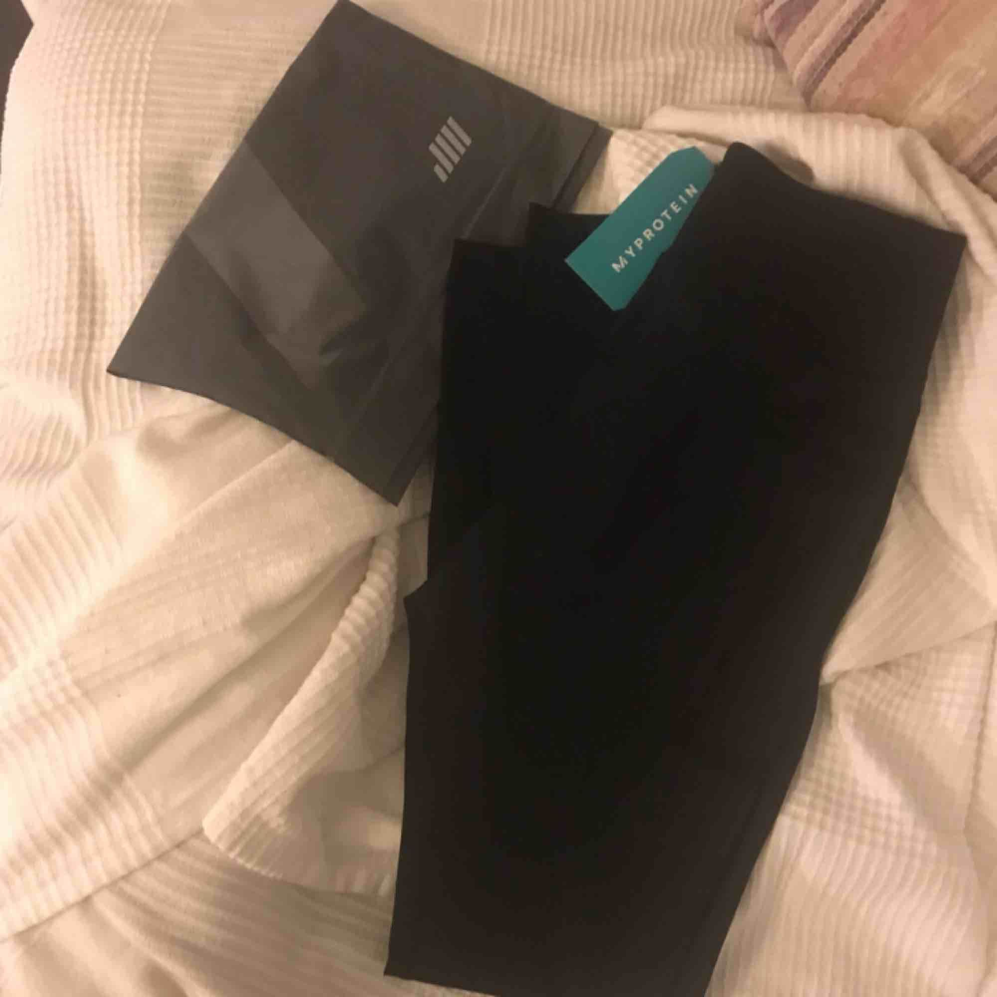 Säljer ett par helt nya och oanvända träningstights från My Protein. Tags kvar och dom ligger i påsen.  Frakt: 45kr. . Jeans & Byxor.