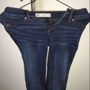 ett par sprillans nya mörkblåa jeans i strl XS från Gina tricot, i modellen Alex. Säljer pga för liten passform. Köparen står för frakten ☺️