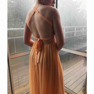 """Afton/balklänning från ByMalina. Använd endast EN gång så den är i perfekt skick! Extremt fin """"persikafärg"""" och jättefin passform! Nypris 3899kr. Möts i Sthlm, annars står köparen för frakt!"""