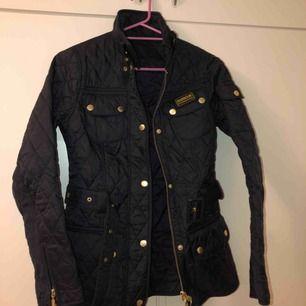 Mörkblå Barbour jacka storlek 32. Säljer den pga att ja inte använder den, inga slitage och väldigt fin i pasformen. Ny pris 1999kr