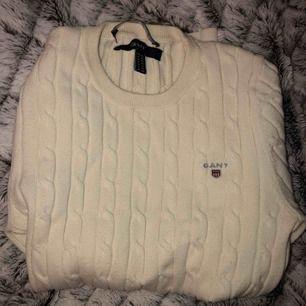 Beige/Vit Gant tröja, använt ett fåtal gånger annars som ny. Storlek: xss men passar även vanlig xs