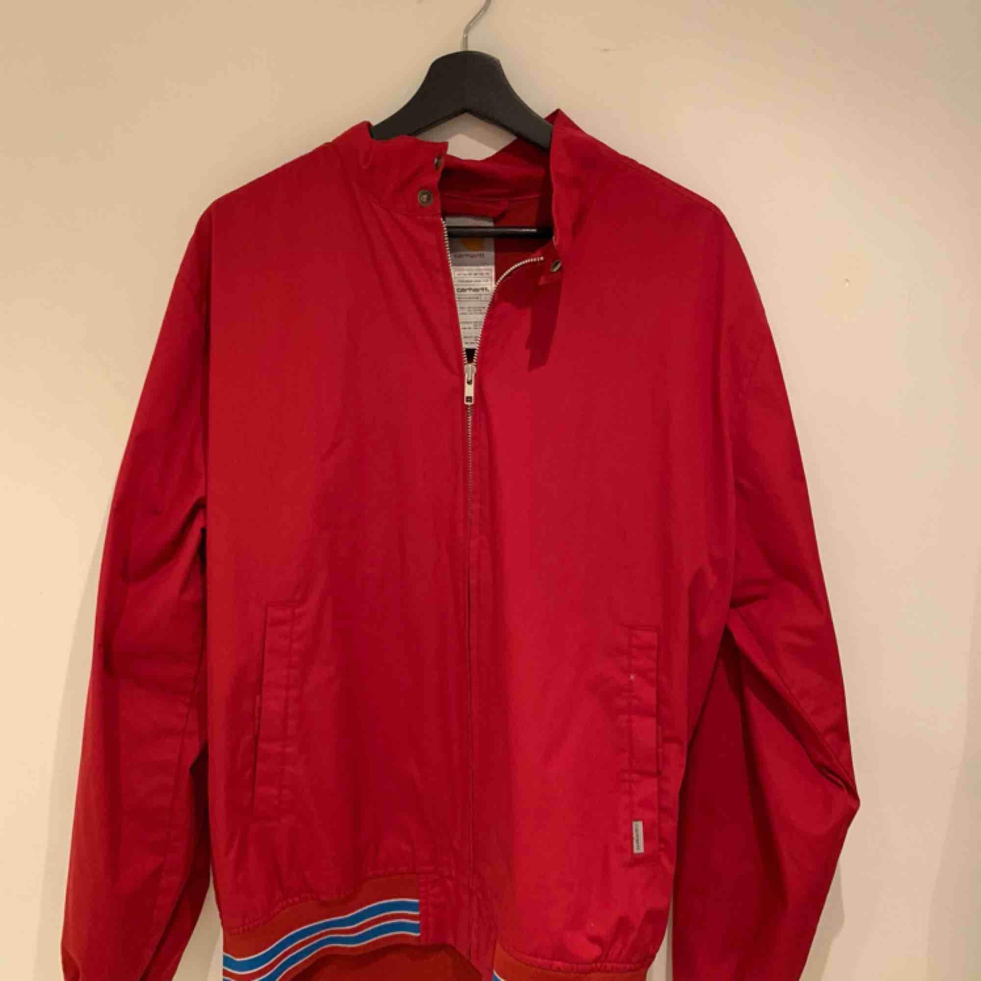 Extremt fin Carhartt Jacka i Röd , nästan aldrig använd. Jackor.