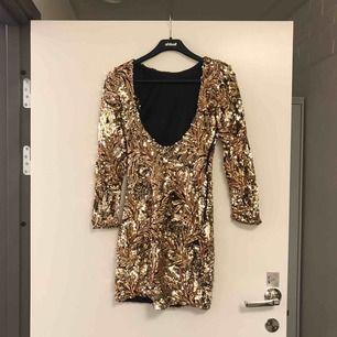 Guldig paljettklänning i Strl S. Använd en gång.