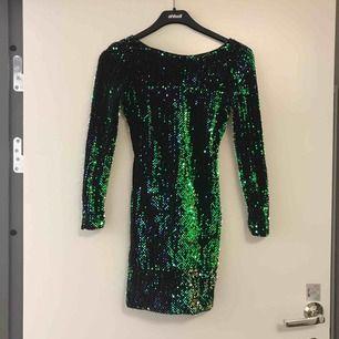 Grön/svart paljettklänning från Motel. Använd 2 ggr