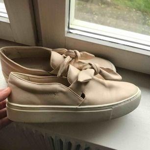 Beigea snygga skor med knyte, och en bred sula! Använda en gång. Nypris: 400 kr.