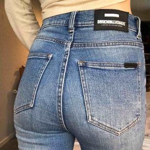 """Dr denim jeans i modellen """"Zoey"""". Jeansen är i skinny modell med mycket stretch i tyget, hög midja och mörkblå i färgen. Avklippta vid anklarna!  Köparen står för frakten eller upphämtas i Göteborg."""