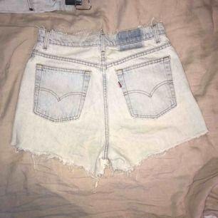 """Baggy Levi's denim shorts i modellen """"521"""". Ljusblå i färgen. Osäker på storlek men passar den med som vanligtvis har ca 30 i byxstorlek"""