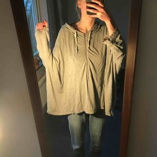 Mysig oversized hoodie med halv dragkedja och bröstficka. Gråmelerad i färgen! Ett litet hål bak på tröjan som knappt märks (längst ner till vänster på sista bilden) Upphämtas i Göteborg/köparen står för frakten