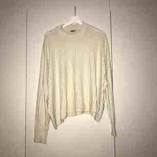 """Oversized stickad cremefärgad tröja från weekday. """"Ron sweater"""". Bra skick och väldigt mysig!  Upphämtas i Gbg/köparen står för frakten"""
