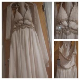 Foreverunique Festklänning Cream Beige med gulddetaljer som är sydda för hand. UK10 EU36-38. Helt ny klänning fantastiskt vacker fr Foreverunique, nypris 5000 kr. Säljs billigt då den har ett litet skönhetsfel på baksidan , se bild en sk