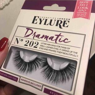 Sjukt fina fransar från Cosmetics London Eylure! Maffiga fransar perfekt för fest, nummer 202, dramatic. Självklart inte testade eller ens öppnade!