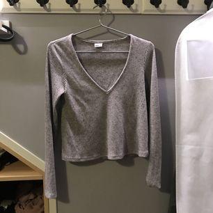 Långärmad grå tröja