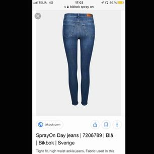 Säljer Never denim Bikbok jeans som jag tyvärr fått innse att jag växt ur:( Endas använda fåtal gånger, önskar att jag använt dom oftare då dom är otroligt sköna och sitter väldigt bra och bekvämt! Originalpris=699kr Pris kan diskuteras☺️
