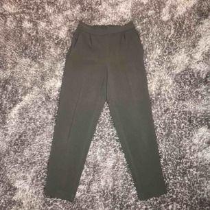 Gröna/bruna mjuka kostymbyxor med stretch från H&M 🌟🌟 aldrig använda så i fint skick! Frakt på 55 kr tillkommer