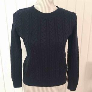 Blå kabelstickad tröja från H&M i fint skick! Frakt på 55 kr tillkommer 🌟