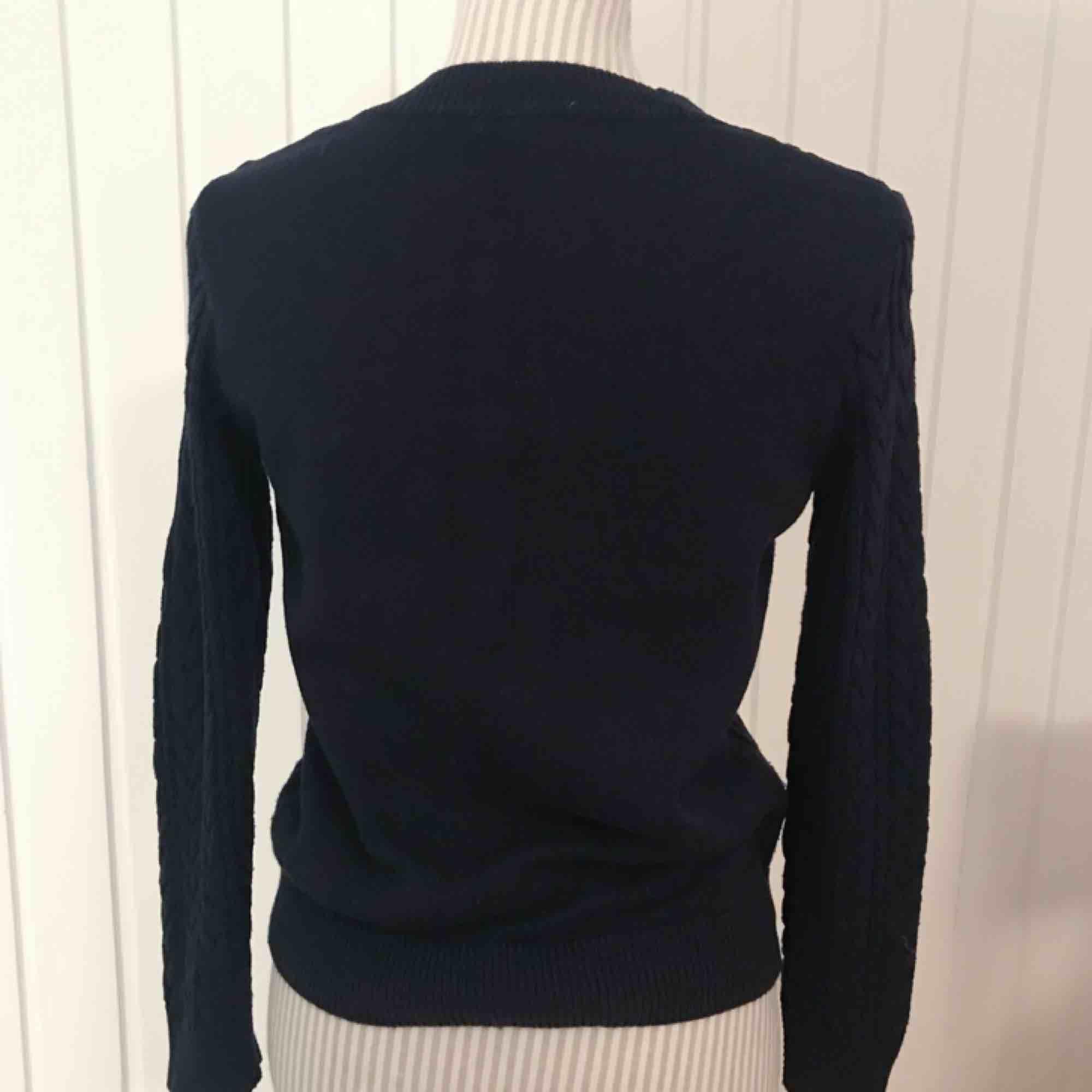 Blå kabelstickad tröja från H&M i fint skick! Frakt på 55 kr tillkommer 🌟. Tröjor & Koftor.