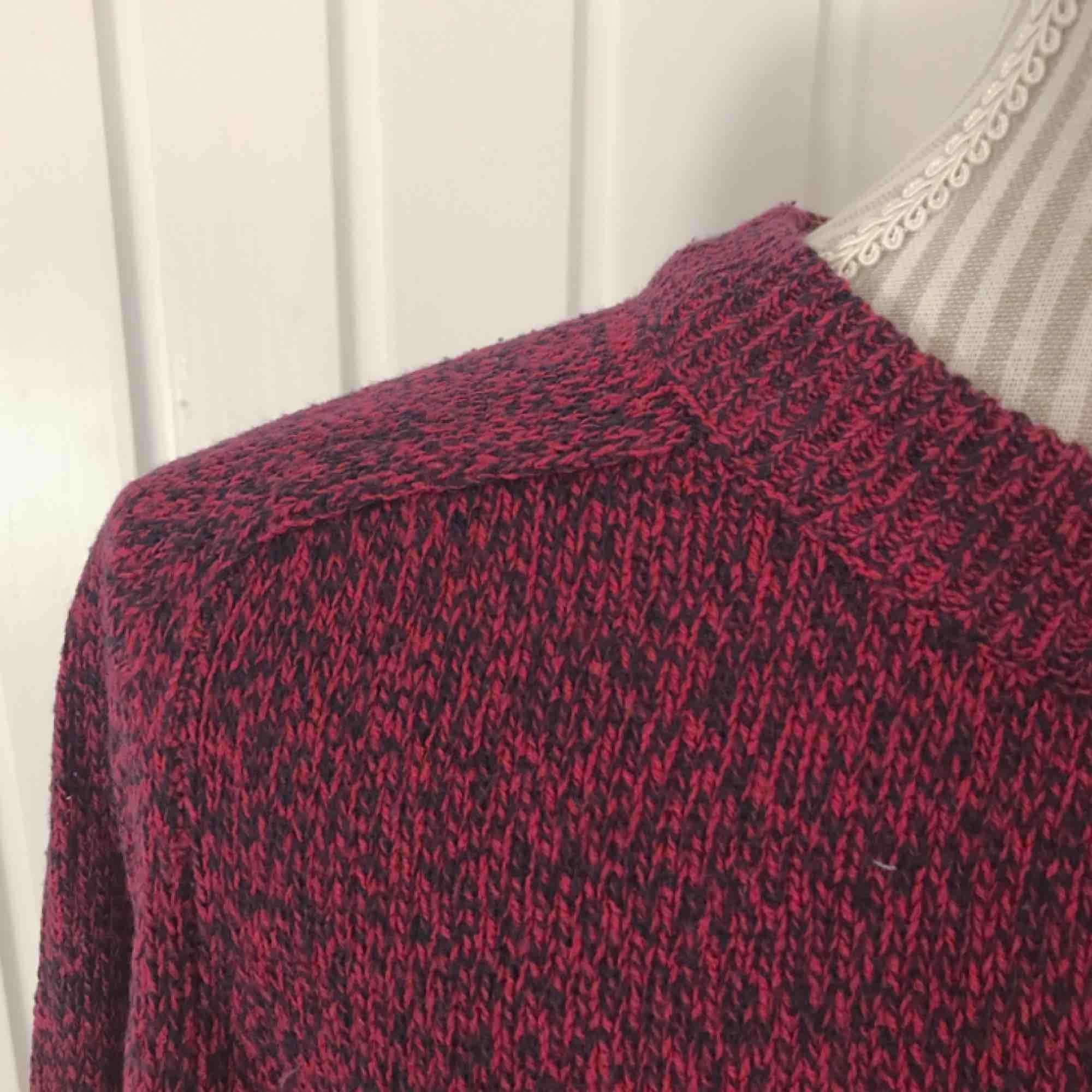 Röd/svart stickad tröja från H&M i fint skick! Frakt på 55 kr tillkommer. Tröjor & Koftor.
